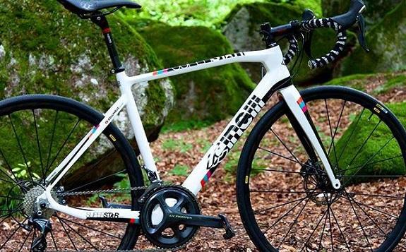 Legendarna italijanska znamka koles, okvirjev in dodatne opreme ter oblačil CINELLI se vrača v našo ponudbo.
