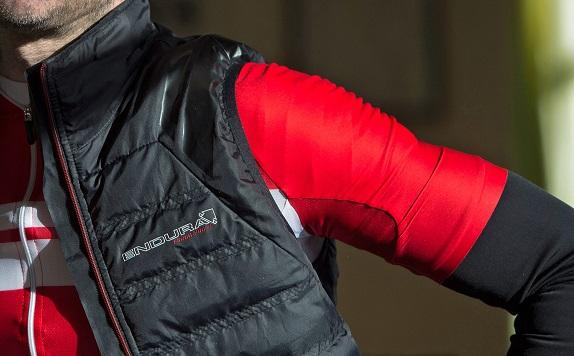 PrimaLoft® je vodilni material na področju sintetične podložene izolacije. Endura ga zdaj prvič predstavlja tudi pri kolesarskih oblačilih. Ne samo, da zagotavlja odlično razmerje toplote in teže, ampak ima tudi vodo odbojne lastnosti.