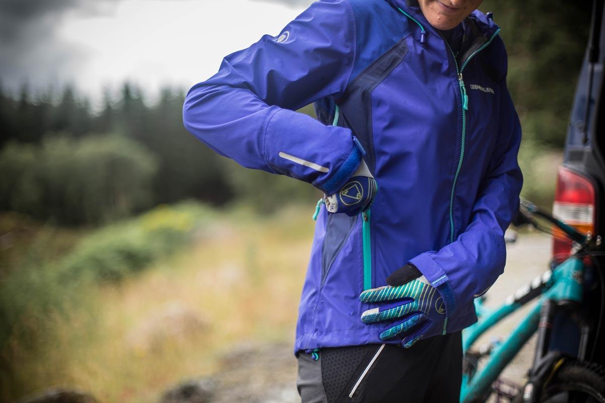 Endura MT500 je izredno zračna jakna, ki je narejena iz vodoodpornega 3-slojnega materiala ExoShell60.